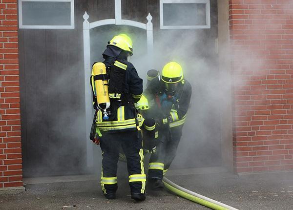 Incendio domestico con produzione di fumo e gas