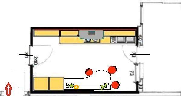Cucina stretta e lunga con banco snack, vista in pianta
