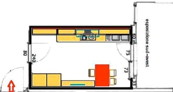 Cucina stretta e lunga con tavolo, vista i n pianta