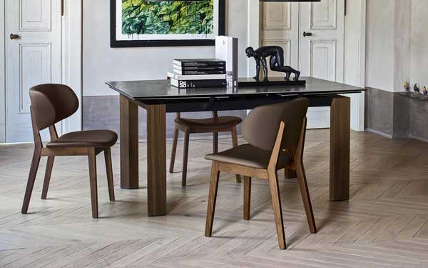 Sedute con struttura in legno di Calligaris