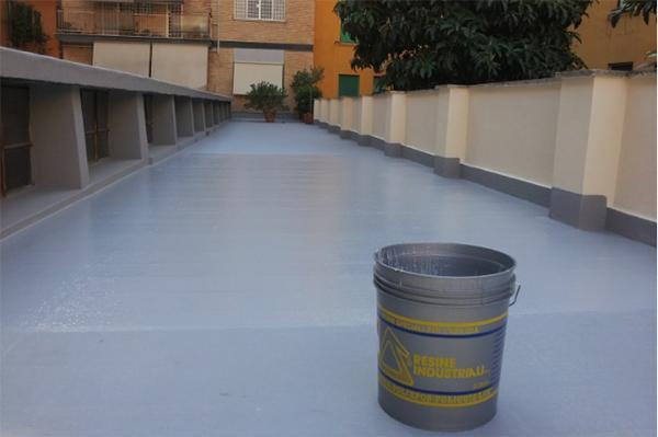 Impermeabilizzazione di un lastrico solare con resine eseguita dall'Azienda Resine Industriali s.r.l.