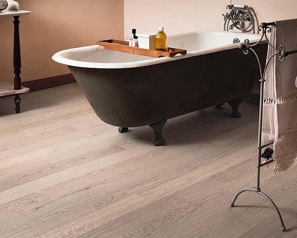 Il rovere sbiancato di Armony Floor in una stanza da bagno