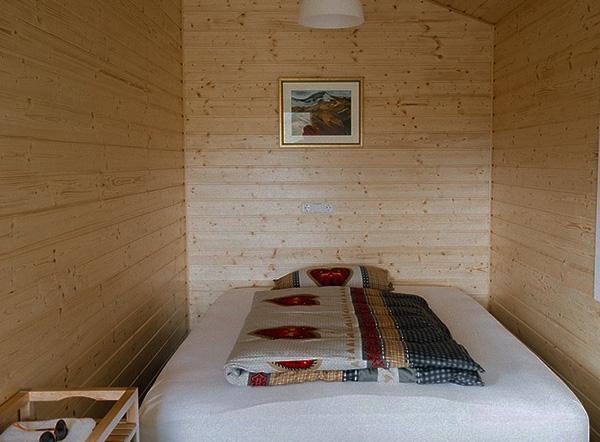 Ambiente chiuso con pareti in legno verniciato