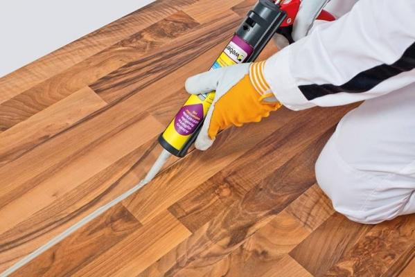 Applicazione silicone sul legno