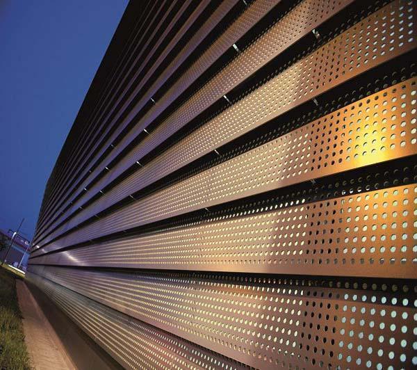 Facciata ventilata realizzata con REDAir: lana di roccia all'interno e pannelli ROCKPANEL effetto legno all'esterno.