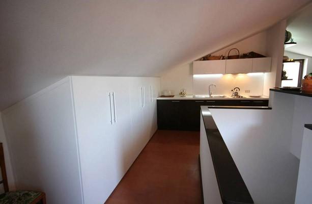 Cucina mansarda, arredamento su misura di Monguzzi