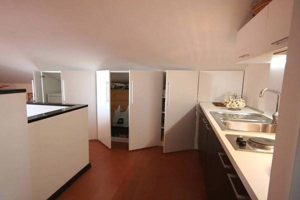 Arredo cucina in mansarda realizzato da Monguzzi