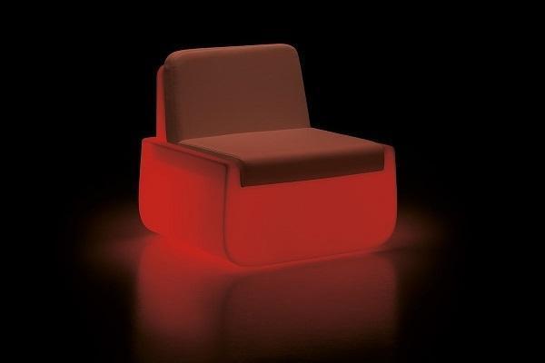 Poltrona Bold Armchair con luce rossa di Plust