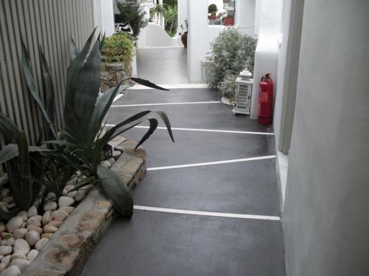 Pavimento in calcestruzzo con finitura nuvolata pettinata, di Isoplam.