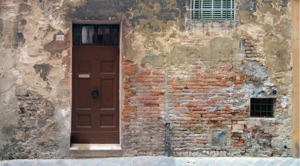 Edificio storico con gravi danni da umidità di risalita.