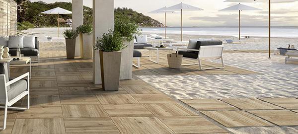 Pavimento in quadrotti di gres con effetto legno, di Marazzi.