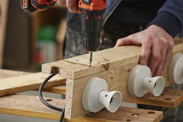 Mobili fai da te riciclo fase di montaggio di portalampade alla struttura in legno