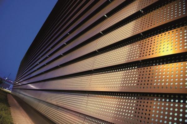 Giochi di luce sulla facciata, con il pannello ROCKPANEL BRILLIANT