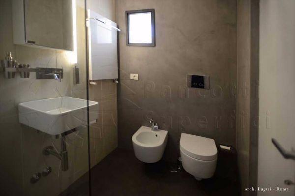 Pavimenti moderni per interni, superfici continue in bagno a marchio Ecomateria® di Pancotti Superfici.