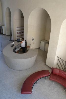 Bancone reception in microcemento Museo della città di Mantova di Pancotti