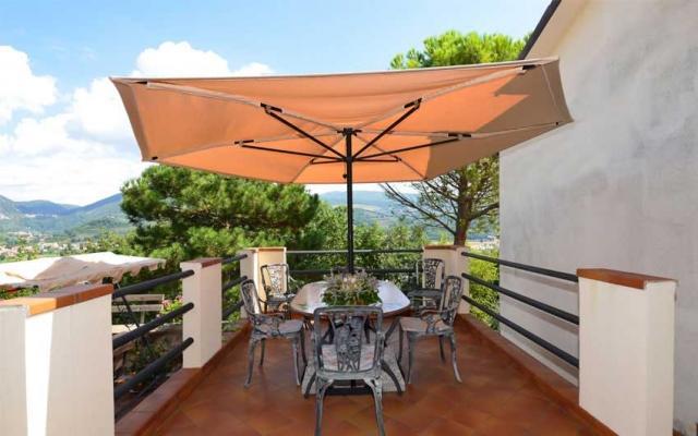 https://media.lavorincasa.it/post/16/15277/gallery/4836/ombrelloni-antivento-di-teknowind-modello-boreas.jpg