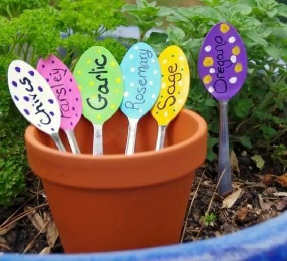 Cucchiai di legno da usare come segnapiante di Boredomtherapy.com