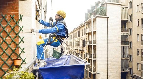 Intervento di pulizia delle facciate di Edilizia Acrobatica