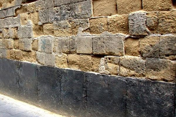 Particolare muratura in tufo degradata causa umidità ascendente