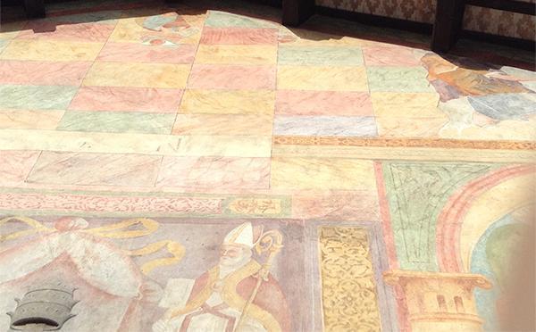 Gli intonaci antichi fanno spesso da supporto a decorazioni pregevoli.