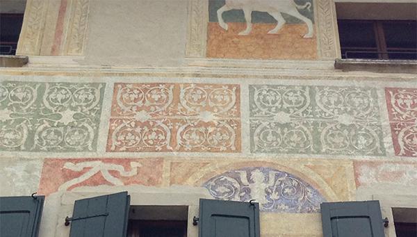 Intonaco decorato probabilmente quattrocentesco.