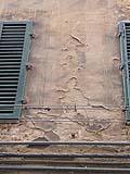 Un intonaco decorato bisognoso di restauro.