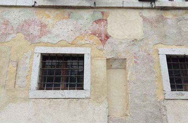 Lacerti di intonaco medievale con decorazione geometrica.