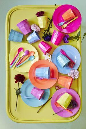 Servizi colorati per la tavola in melamina