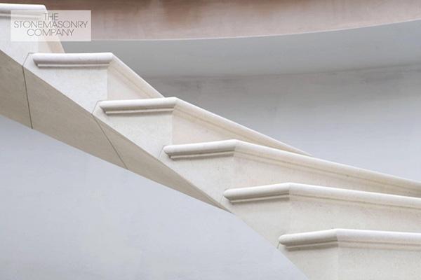 Particolare degli scalini in pietra
