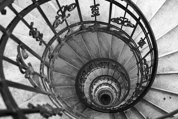 Sale le scale senza nulla