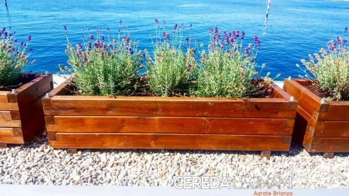 Terrazza sul mare, delimitata da fioriere in legno Cereda
