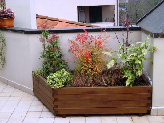 Fioriera di legno Cereda, realizzata su misura per l'angolo in terrazza