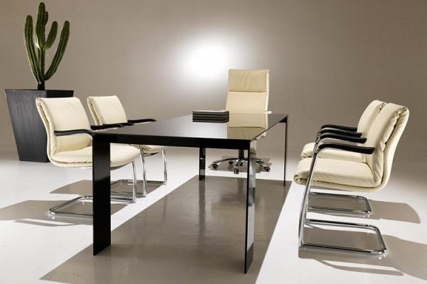Sedia direzionale Klassic di Kastel con tavolo