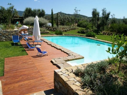 Pavimentazione bordo piscina for Piscina in giardino