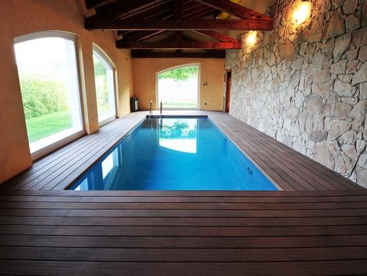 Piscina interna in casale con bordo in legno composito NGWood