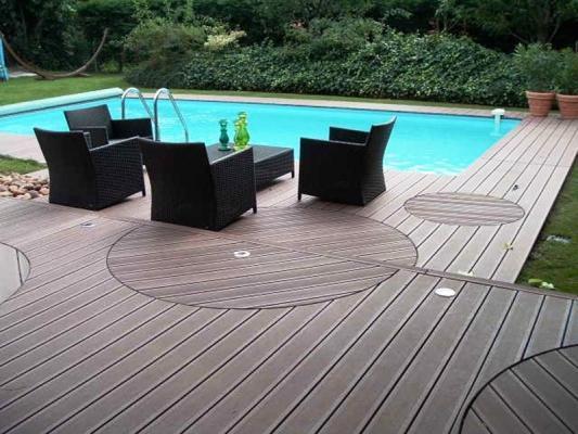Salotto su bordo piscina pavimentato in  legno composito NGWood