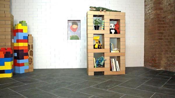 Libreria realizzata con i mattoni di cartone Edo