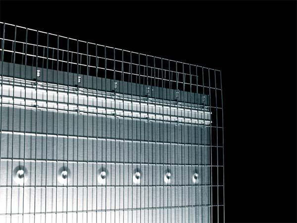 Controtelai per porta scorrevole: rete metallica debordante