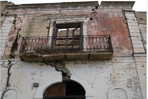 Danni terremoto edifici contigui privi di giunti