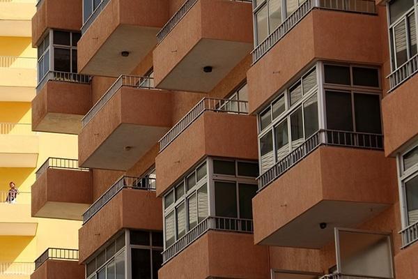 Sbalzi appesantiti da verande con parapetti a filo tompagno