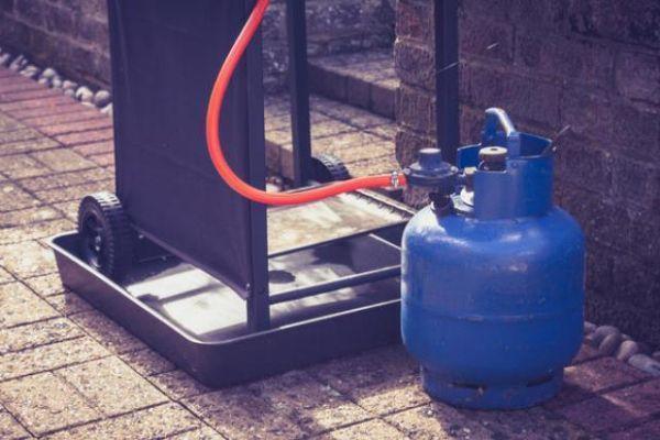 manutenzione della bombola collegata al barbecue a gas