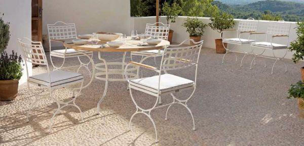 Tavolo in ferro battuto bianco e piano in legno con sedie, collezione Capri di Manutti