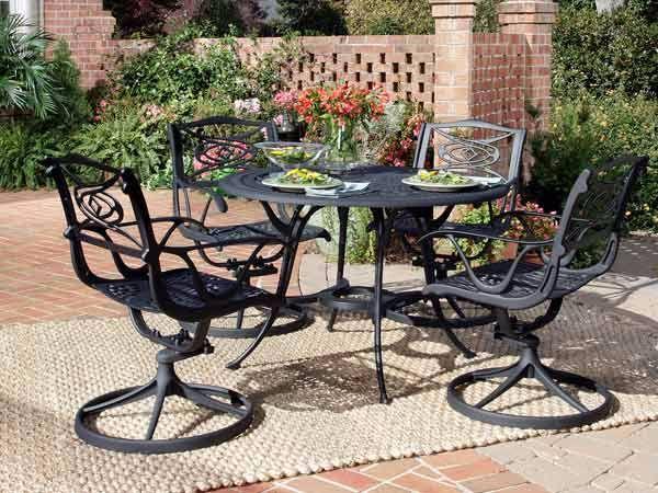 Tavolo in ferro battuto con sedie girevoli di Stilfer