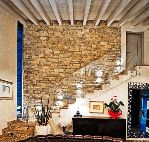 Salone rustico con parete in pietra ricostruita Geopietra