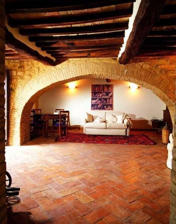 Salone rustico con pavimento in cotto di Cristiani