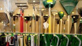 Operazioni di manutenzione degli attrezzi per il giardinaggio