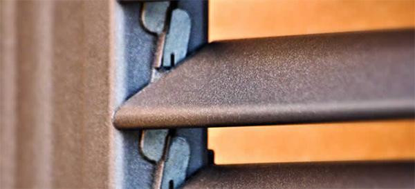 Particolare del meccanismo di rotazione delle lamelle in una persiana di Inalf