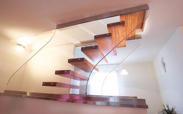 Scala in vetro strutturale e gradini in legno by Marretti