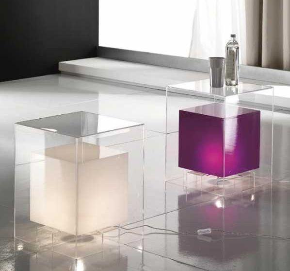 Comodino luminoso a cubo con interno colorato di Idealshop.com