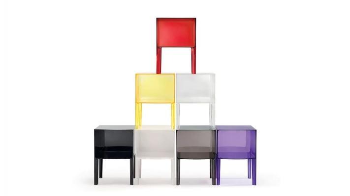 Tavolino da notte colorato trasparente modello Ghost Buster di Kartell